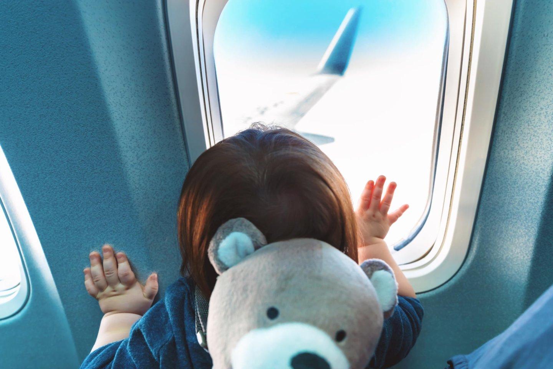 Help! Hoe vermaak ik mijn peuter 12 uur lang in een vliegtuig?